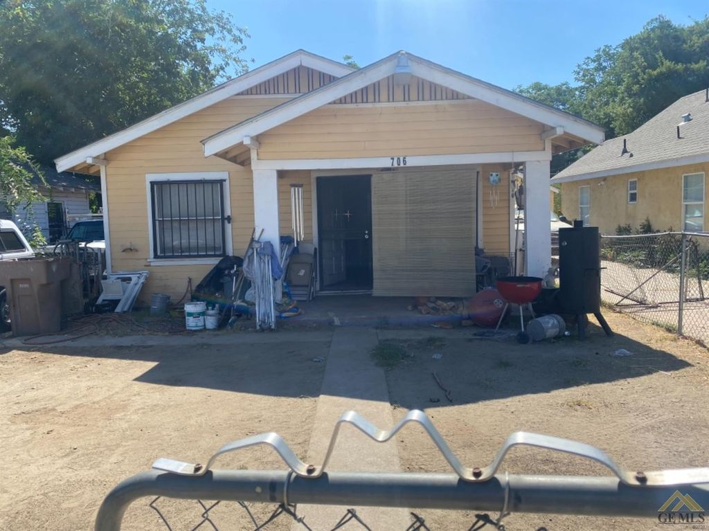 706 R St, Bakersfield, CA 93304