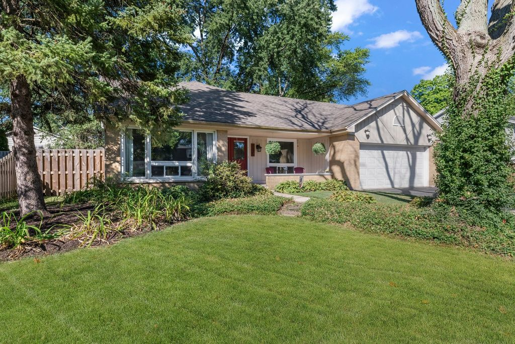 1125 Olympus Dr, Naperville, IL 60540