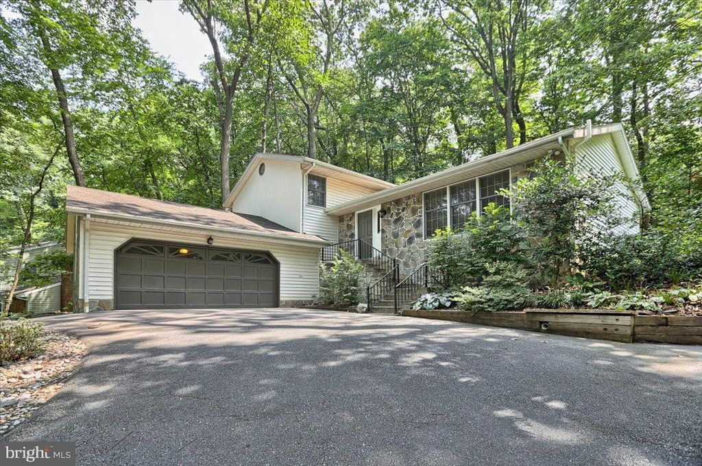 1466 Spring Hill Dr, Hummelstown, PA 17036