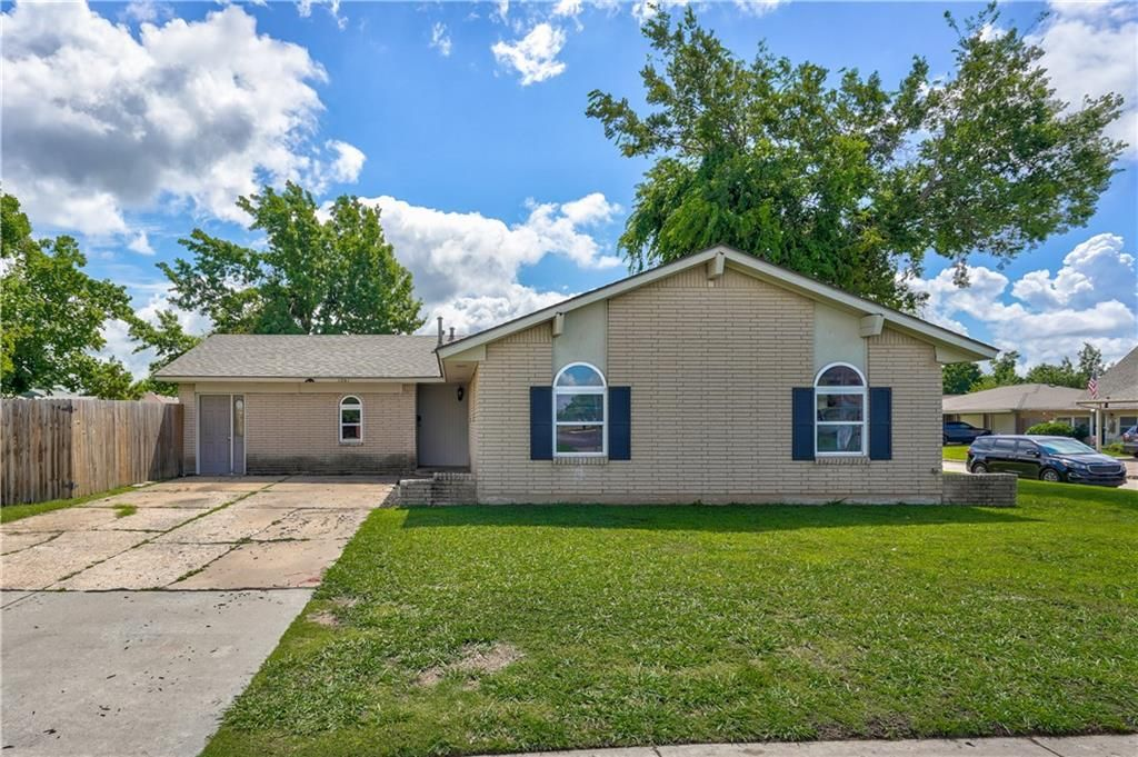 1061 NW 2nd St, Moore, OK 73160
