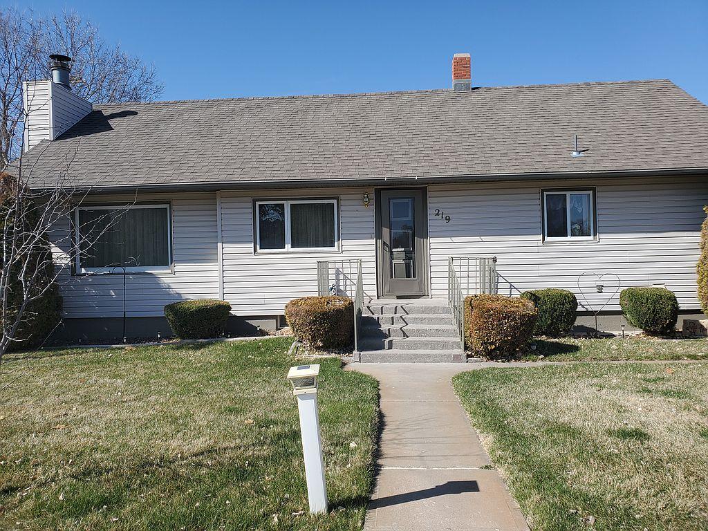 219 E 8th St, Grant, NE 69140