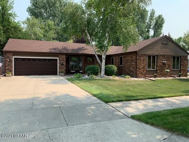 3811 Simonview Ct, Grand Forks, ND 58201