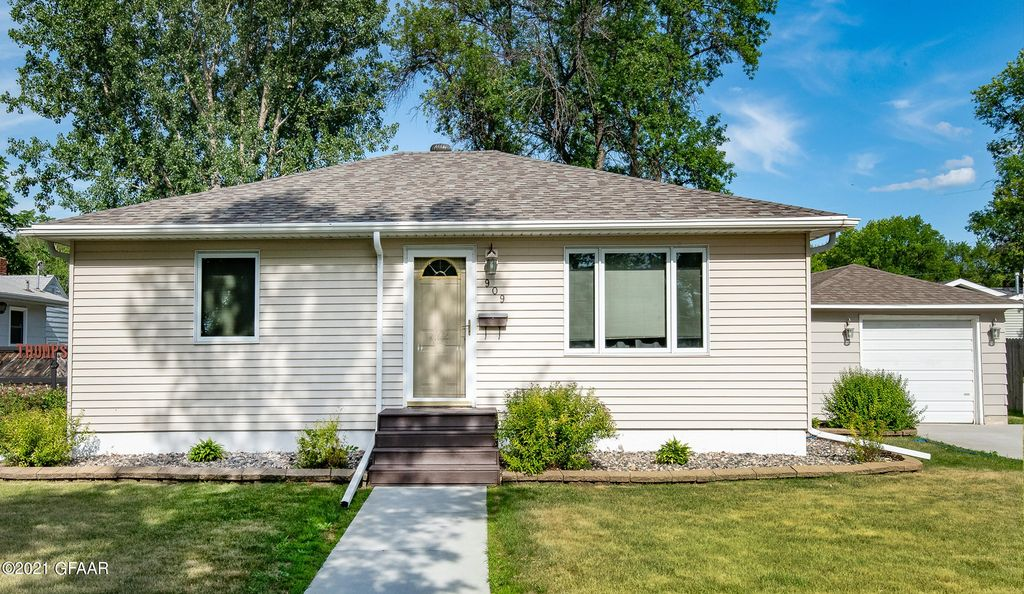 909 S 11th St, Grand Forks, ND 58201