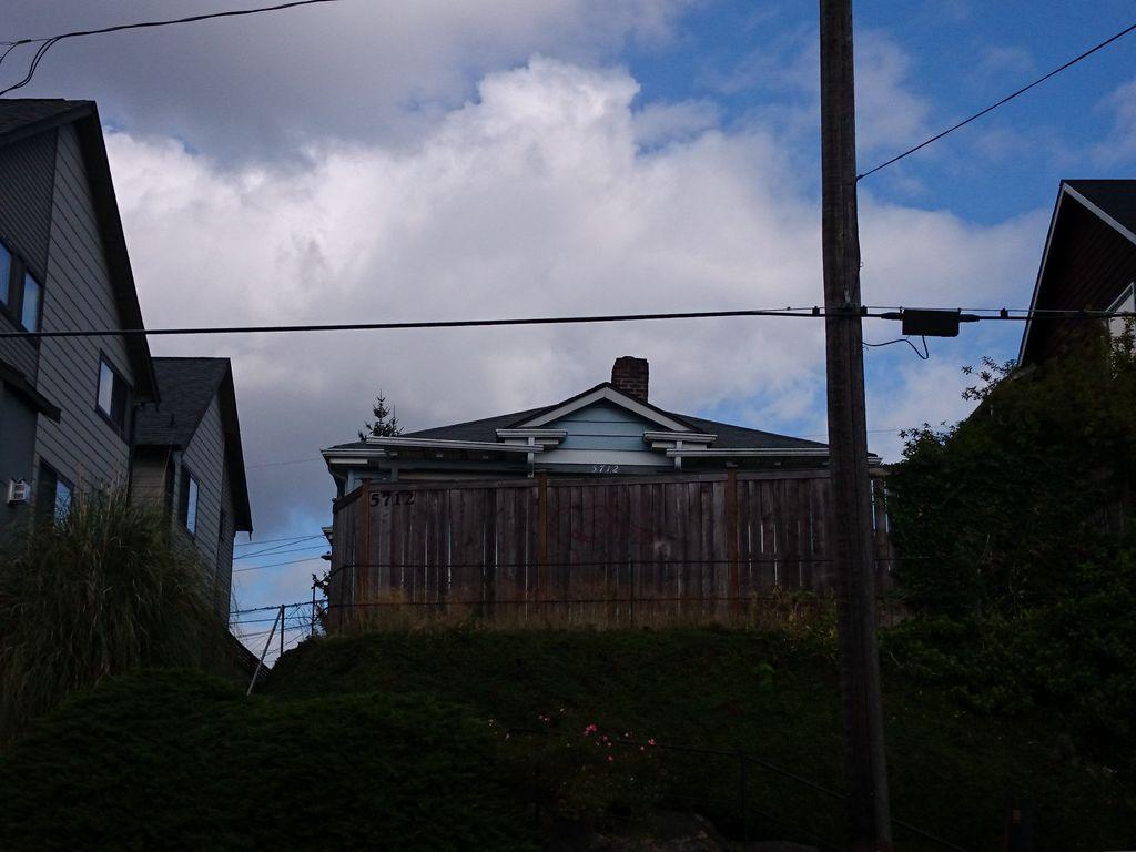 5712 Roosevelt Way NE, Seattle, WA 98105