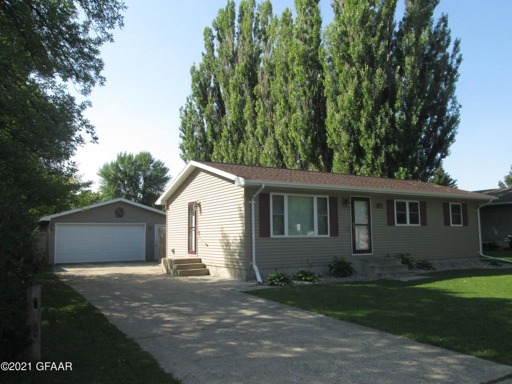 1105 28th Ave S, Grand Forks, ND 58201